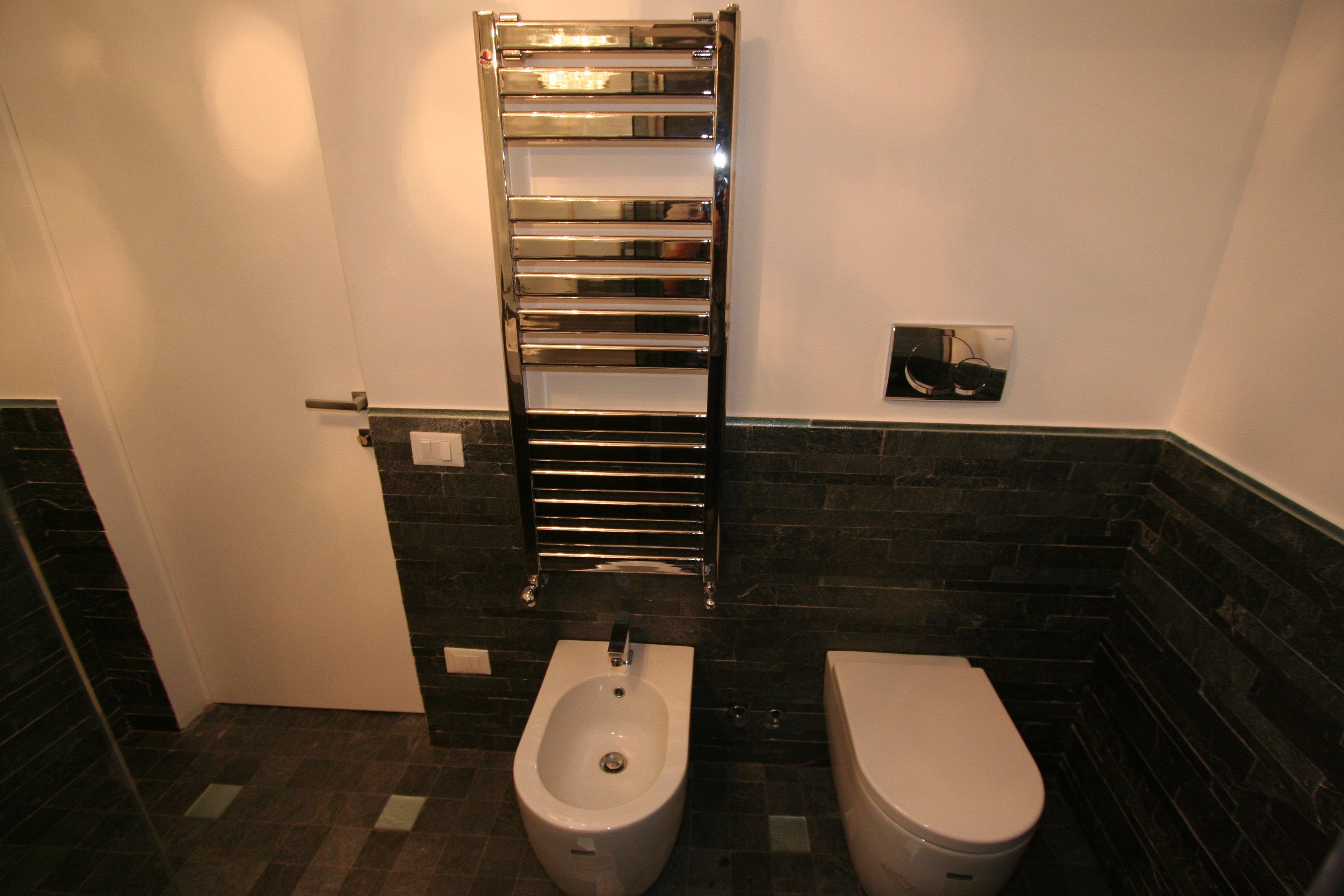 Image bagno grande foto 3 angolo servizi - Bagno con doccia grande ...