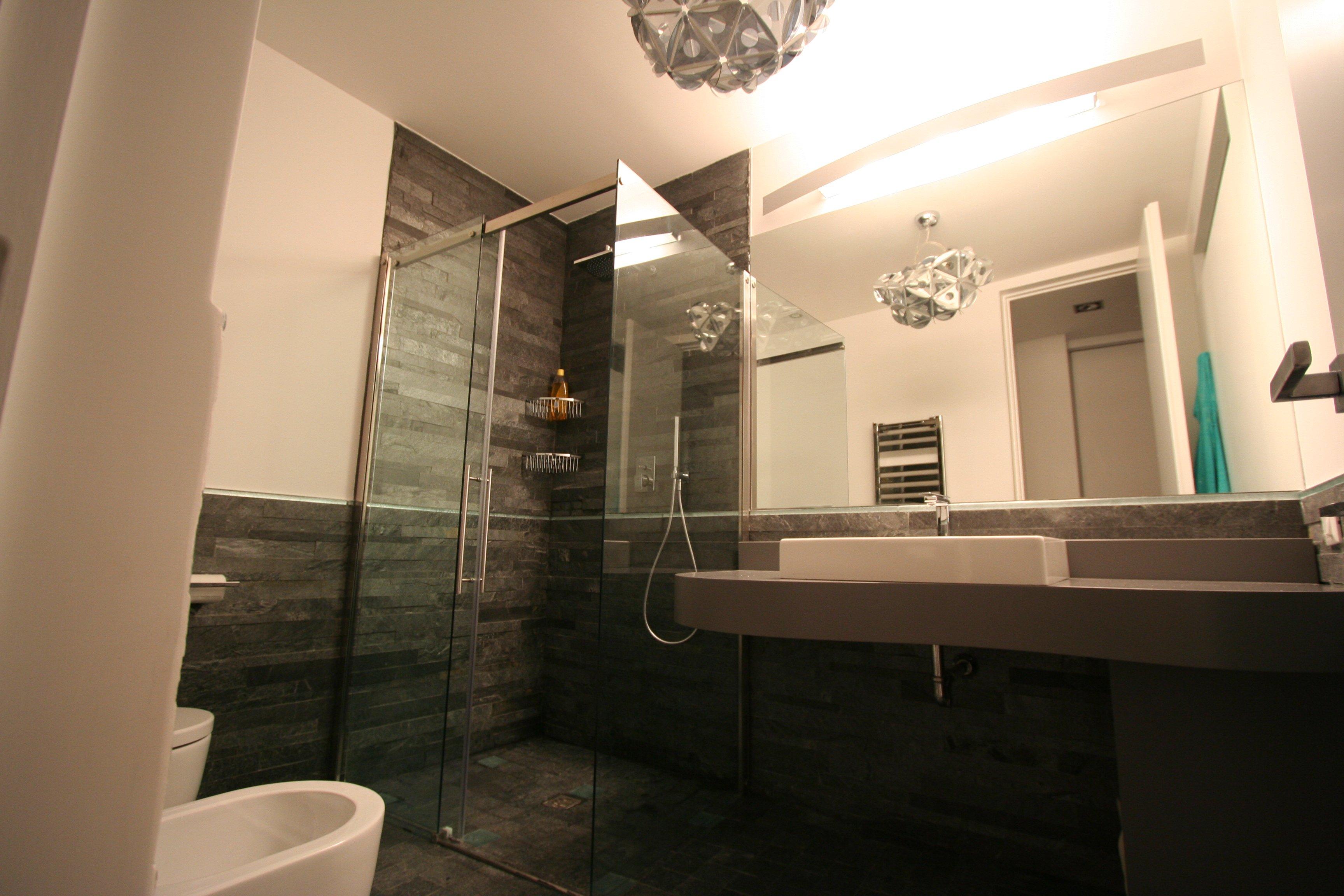 Image bagno grande foto 5 vista largo - Bagno moderno con vasca ...