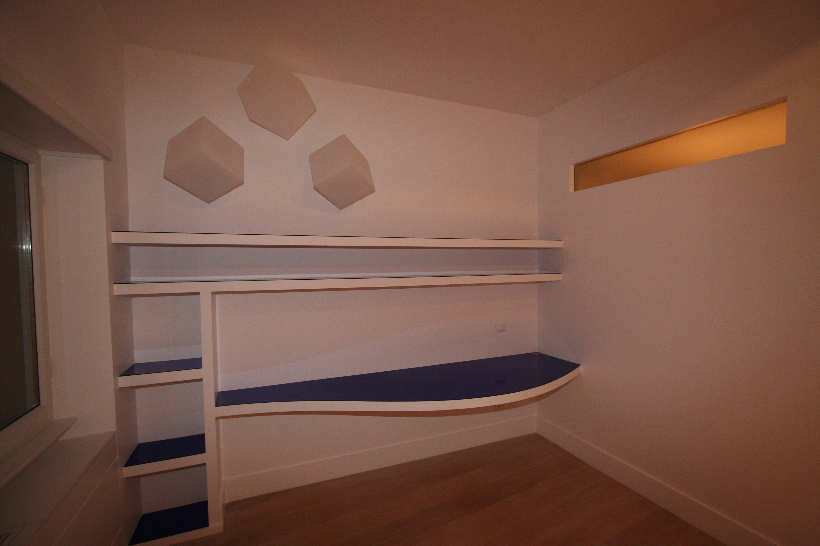 Image studio foto 4 scrivania e ripiani in carton gesso for Scrivania studio