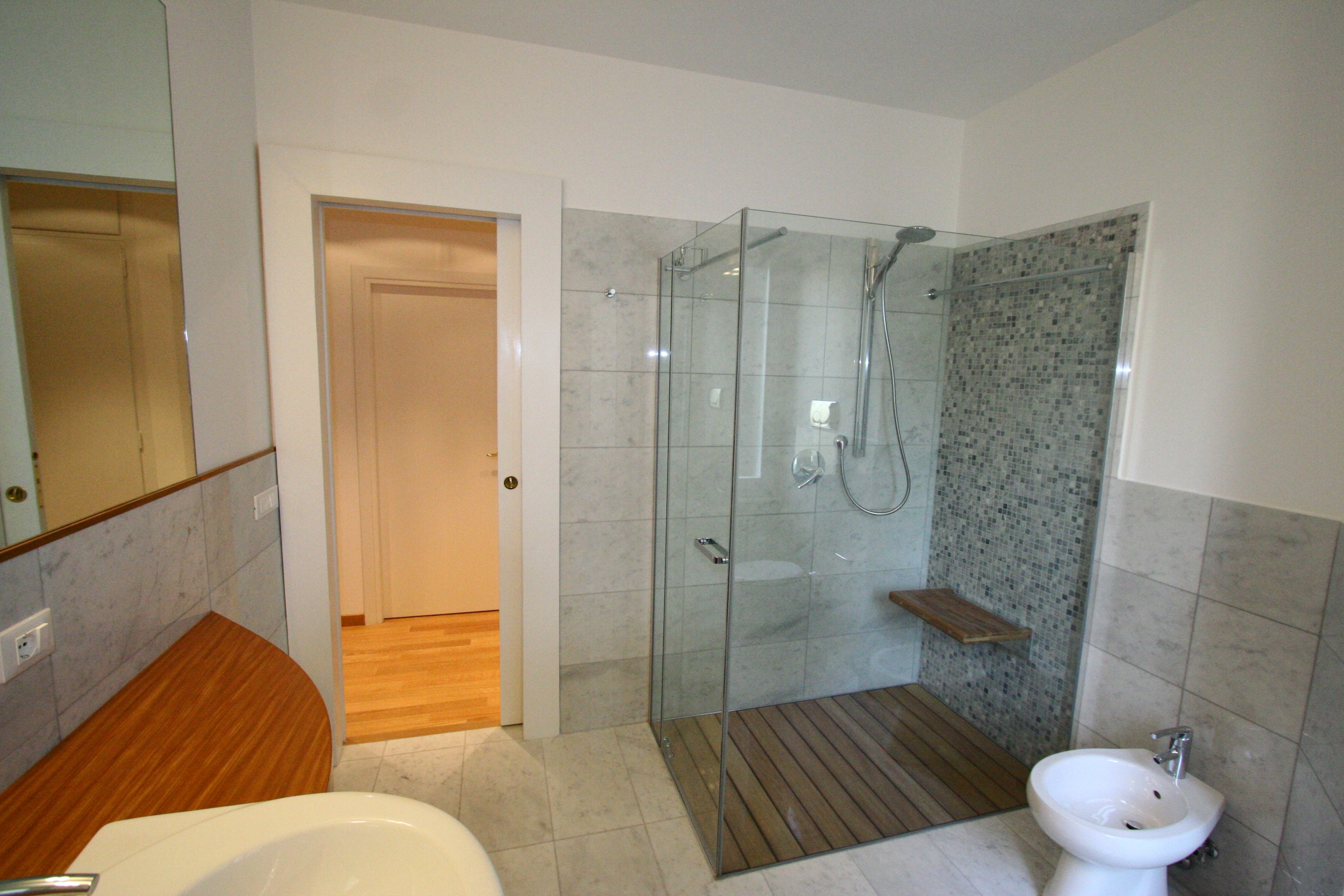Image bagno grande foto 3 vista piatto doccia a filo pavimento - Piatto doccia piastrelle ...