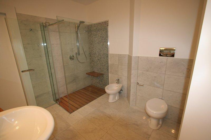 Image bagno grande foto 4 vista servizi - Piatto doccia incassato nel pavimento ...