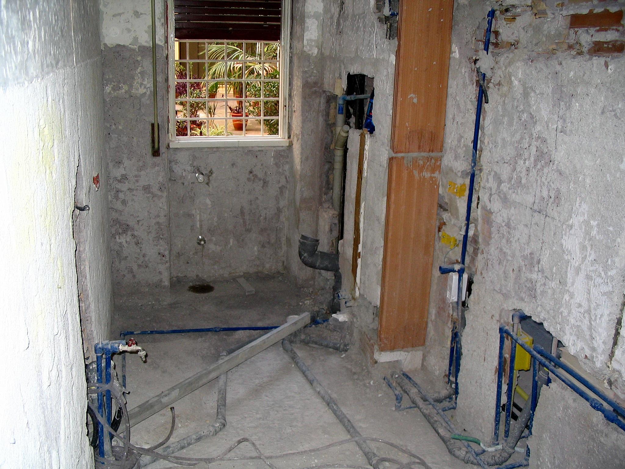 Image bagno in fase di rifacimento impianti - Costo rifacimento bagno ...