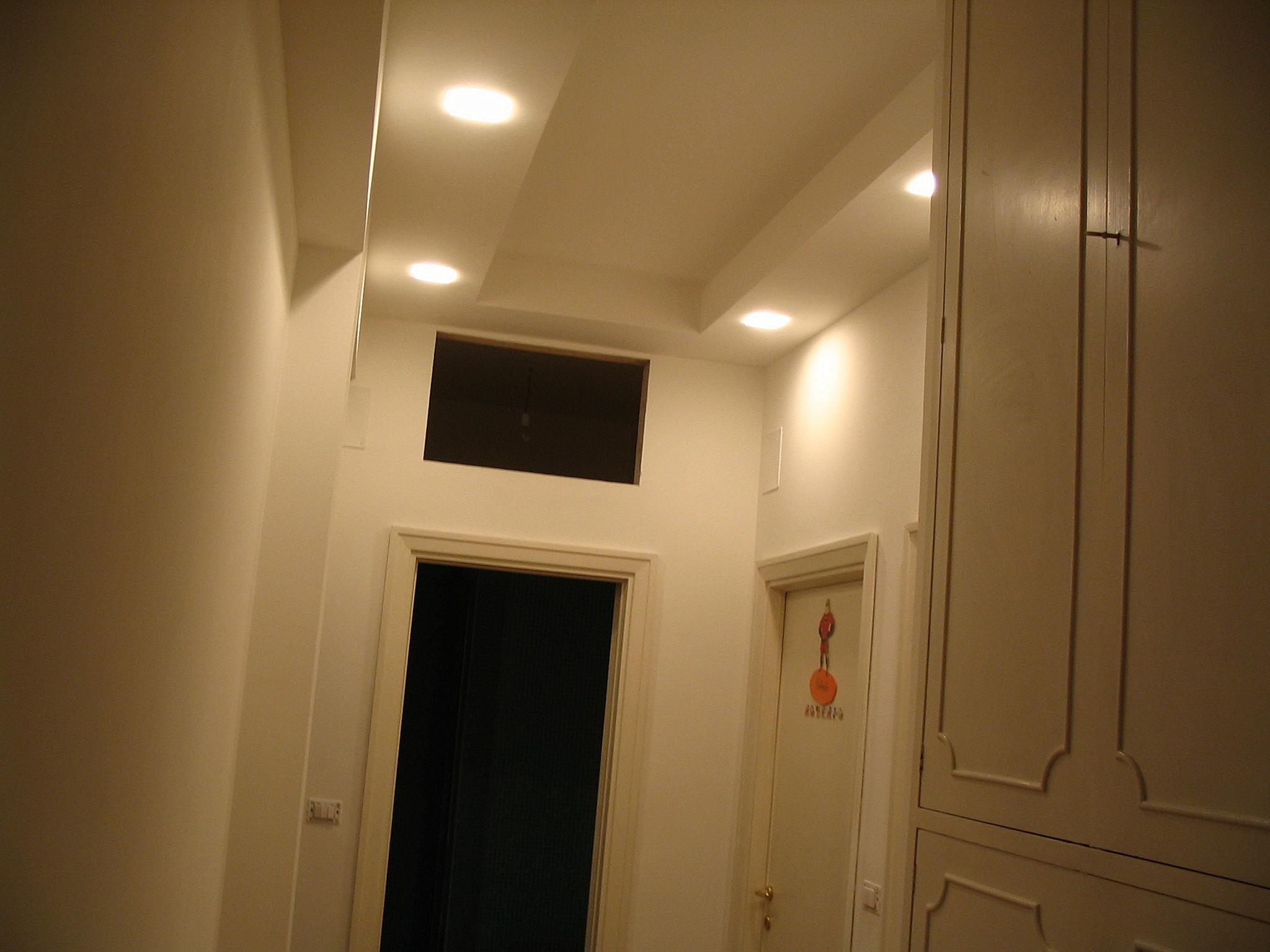 Image: Corridoio con faretti incassati