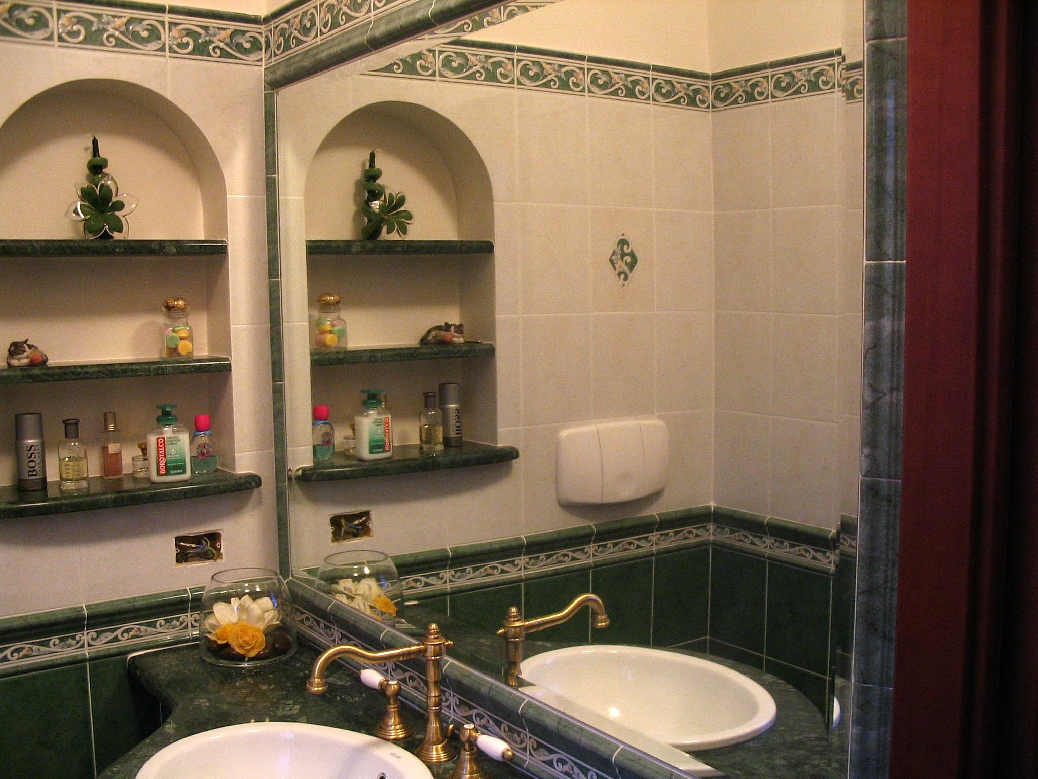 Image specchio a muro e la nicchia con piani in marmo - Nicchie in bagno ...